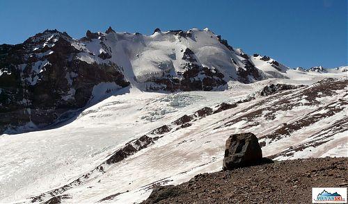 Pohled od Bethlemi Hut - ledovec Gergeti, Kazbek za zády. Snadný, relativně bezpečný ledovec, když člověk jde přímou cestou napříč. Zpátky jsme ho, po vzoru záchranářů, šli nenavázaní a nebyl s tím jediný problém, trhlinky jen nepatrné