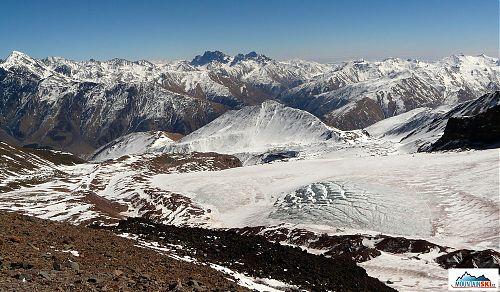 Pohled od Bethlemi Hut - ledovec Gergeti, Kazbek za zády