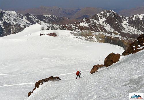 Tady se už při sestupu z Kazbeku šlo celkem dobře, šlo se po vyšlapaných stopách, ale i tak pomalu, neboť se nevyplácí riskovat