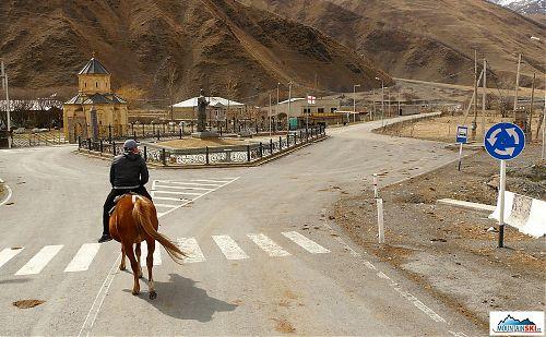 Sno-vesnička, kde dávají lišky dobrou noc, na silnici se pasou krávy a auto tu projede až šestkrát za den, ale nechybíi tu kruhový objezd, přechod pro chodce a autobusová zastávka, to vše samozřejmě řádně označené dopravními značkami