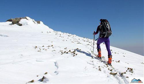 Svah se láme do rozsáhlé vrcholové planiny