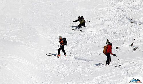 Agresivně lyžující Adam je sledován dalšími skialpinisty