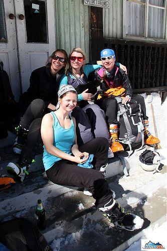 Naše dámská skupina před chatou Demyanitza, asi je jasné, proč jsem se připálila