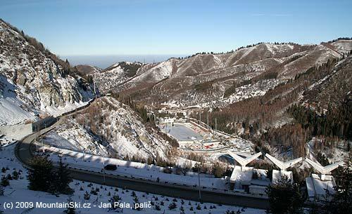 Výhled zhrany hráze přes údolí na sportovní komplexMedeo