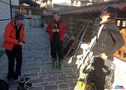 Genderově nevyvážené složení skupiny na závěrečný skialpový výlet, kdy od hotelu vyrážíme ve složení Zuzka, Lenka, Maki a já
