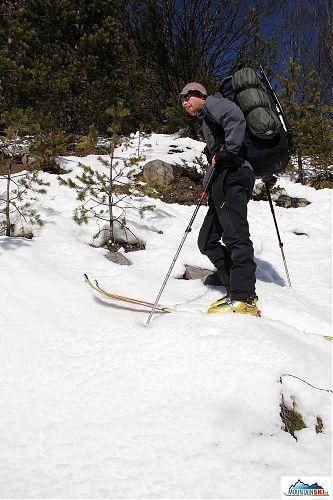 Dušan těsně nad údolím, cestou nahoru tady sníh byl, ale dolů jsme tudy už museli kousek pěšky