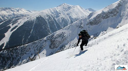 Dušan ve sjezdu s lyžařským střediskem a Todorkou v pozadí