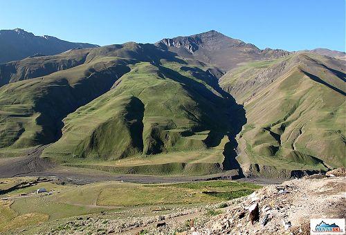 Vrcho Xinaliq vysoký 3713 metrů naproti vesnice