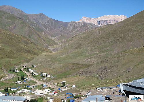Údolí vedoucí ke 4466 metrů vysokému  vrcholu Bazarduzu, který byl naším původním plánem, vrchol 4243 metrů vysokého Shahdagu před námi