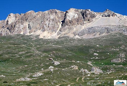 Strmé jižní svahy vrcholu Qizil Qaya