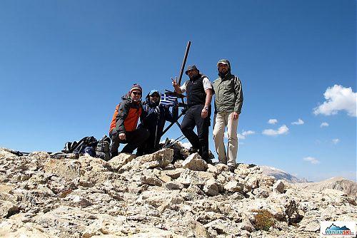 Na vrcholu 3726 metrů vysokého Qizil Qaya - zleva Elias, Petros, Giannis a Nikolaos
