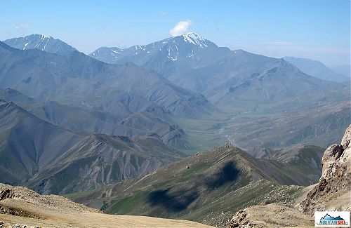 Nejvyšší vrchol Ázerbájdžánu - 4466 metrů vysoký Bazarduzu  - je na hranicích s Ruskem