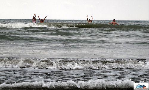 Plavání v Kaspickém moři na pláži Nabran