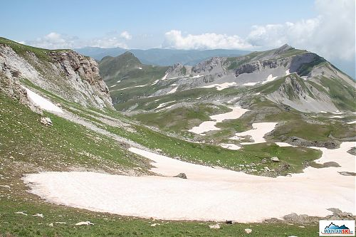 Pohled z místa kousek pod hraničním hřebenem směrem zpátky do Makedonie