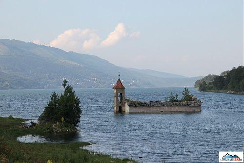 Zatopený kostel v umělém mavrovském jezeru - jezero je vidět z Golem Korabu, ale kostel ne
