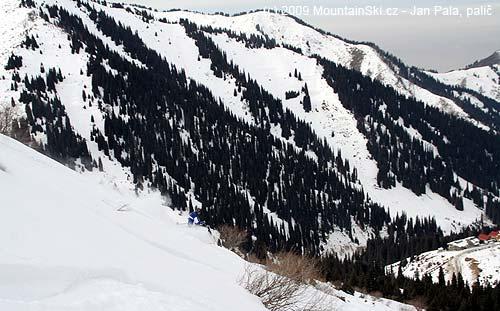 Další oblouk a valící se sníh okolo