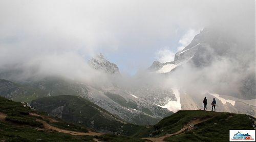Mangart začíná konečně vylézat z mlhy a mraků
