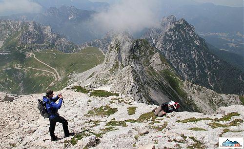 Lenka předvádí, jak správně pózovat na slovinsko-italské hranici na západních svazích Mangartu