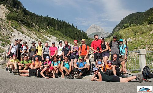 Celá výletnická skupina CK Alpina s Mangartem v pozadí