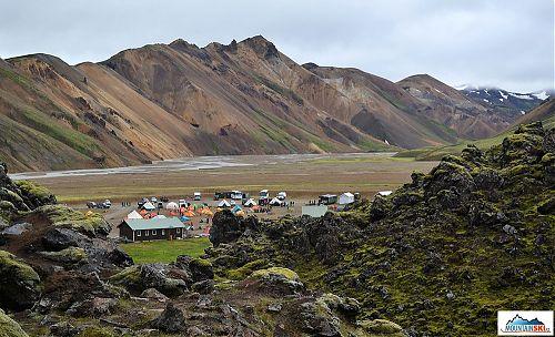 Kemp v Landmannalaugar leží na úpatí Duhových hor