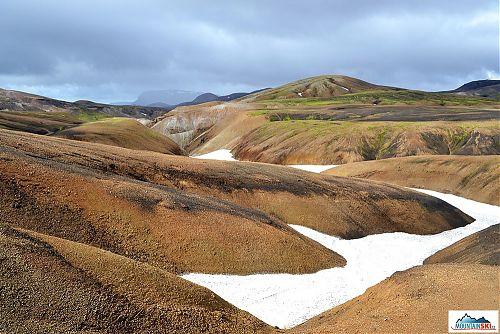 Ryolit je druh vyvřelé horniny obsahující velké množství oxidu křemičitého, který způsobuje její světlou barvu. Při zvětrávání postupně zčervená