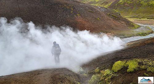 Doprovodným jevem aktivní vulkanické činnosti jsou výpustě přehřátého plynu ze zemského podloží – nazývají se fumaroly