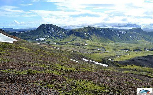 Na horizontu se třpytí ledový příkrov Mýrdálsjökullu, pod nímž dřímá sopka Katla