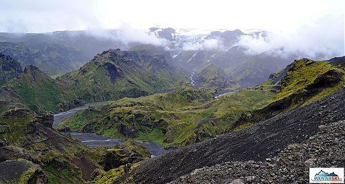 Cesta do průsmyku mezi ledovci stoupá po ostrém hřebeni, výhledy do údolí po obou stranách jsou dechberoucí, morénu ledovce Mýrdálsjökull skrývá mlha