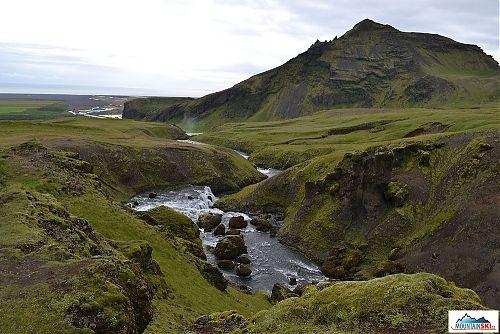 Dál na jih se řeka Skógá vlévá do oceánu