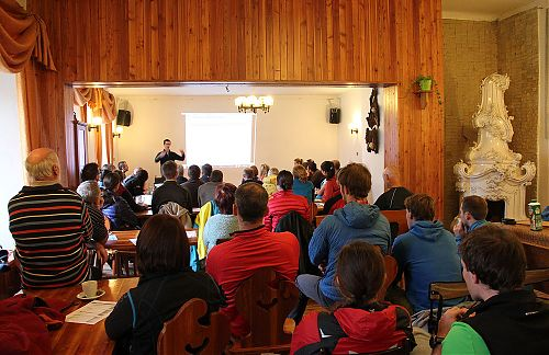 Martin Pospíchal přednáší o vlivu nadmořské výšky na psychologii horolezce