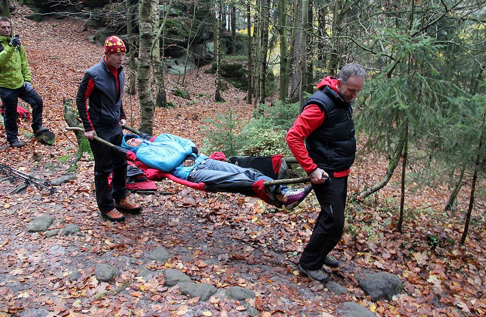 Provizorní transport raněných pomocí bund a dvou větví