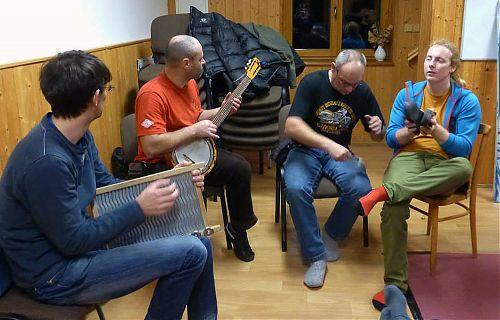 Hudební večer v plném proudu, hudebními nástroji mohlo být skutečně cokoliv, včetně valchy, bot a lžiček