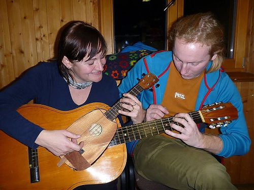 Hra na kytaru se dvěma krku nebyl pro duo Hřibka se Smrtkou žádný problém