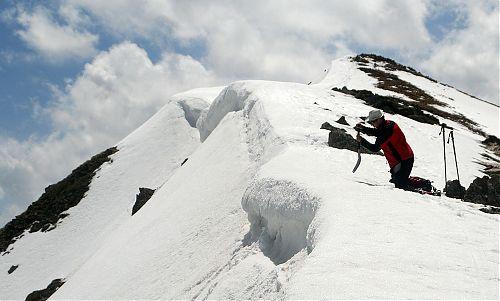Chuckie poprvé boří lopatu do sněhu k pokusu o uvolnění malé převěje z hřebene ve výšce 2724 metrů v Pyrenejích