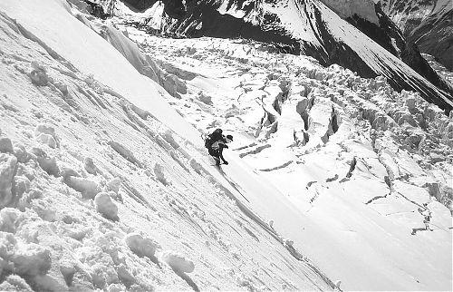 Petr Novák dělá první oblouk v neporušeném sněhu v dolní části severní stěny Piku Lenina ve výšce asi 4600–4700 metrů