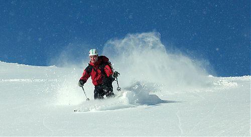 Kromě sněhu, který je sám o sobě ve vzduchu, létá sníh vysoko i od lyží