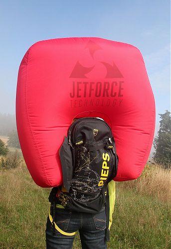 Plně nafouknutý Pieps JetForce, vlevo je patrné odklopený kryt oblasti nad ventilátorem a pod batohem žlutý tříselný popruh