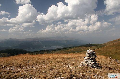 Hřebenovka v NP Mavrovo přes se třemi vrcholy na Sandaktash, v pozadí jezero Mavrovo