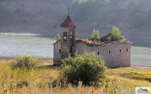 V Mavrovském jezeru je vodní hladina o několik metrů níže, takže zatopený kostel je celý na suchu... a navíc do něj zavedli osvětlení na večer