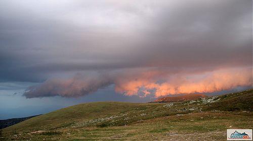 Podvečerní obloha u Golemo ezero ve výšce 2215 metrů