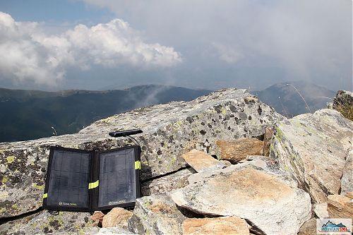 Ideální dobíjecí místo, stačí slunce, GoalZero a k tomu vrchol Baba (2601 m) v Pelisteru