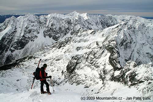 Matúš vyhlíží na možné sjezdy kousek pod vrcholem Rysů