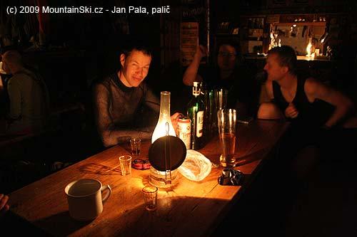 Večerní pohoda na chatě, před Matúšem litrový fernet, který doneslMišo
