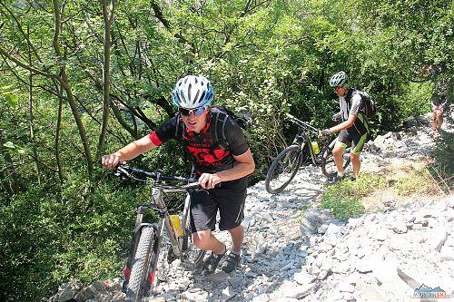 Tady se cyklisté ještě smáli - kousek na jezerem Matka