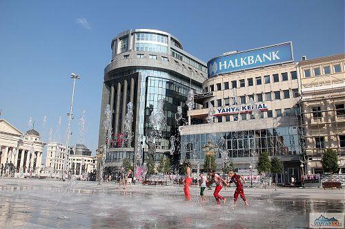Další stříkající a tekoucí voda na hlavním náměstí ve Skopje, kupodivu tady bez nových soch