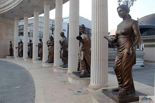 Sochy, všude samé sochy, tentokrát čistě dámská skupina