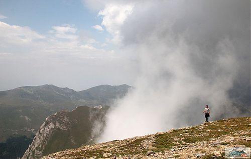 Parádní mlha stoupající k vrcholu Titova vrvu