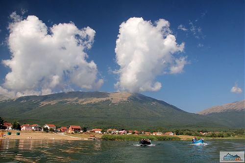 Při lodním výletu na Golem Grab byly k vidění parádní mraky nad pohořím Galičica