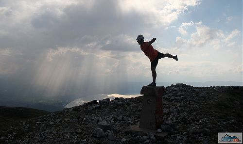 Tradiční činnost na vrcholu Magaro - v pozadí albánský Pogradec a Ohridské ezero