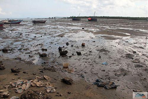 Smetiště na dně moře po odlivu - centrum Stone town